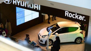 现代的'Rockar'数字汽车经销商击中100,000名游客
