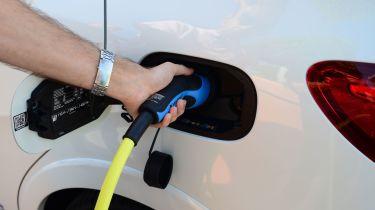 超过一半的英国驾驶者正在考虑电动汽车或杂种